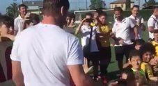 """Francesco Totti con i bambini della """"Totti soccer school"""""""