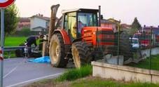 Tragico scontro tra moto e trattore: centauro 26enne morto sul colpo