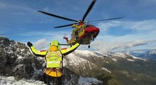 Malore durante la gita in montagna con gli amici: portato via in elicottero