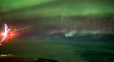 Islanda, l'aurora boreale vista da un'aereo: lo spettacolo è assoluto