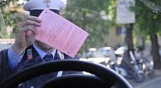 Un vigile con una multa