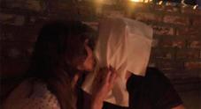 «Bacio che non si dimentica»  Iannone pubblica la foto con Belen ma i fan criticano