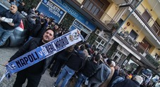 Folla di tifosi per i biglietti Napoli - Real Madrid (Newfotosud Giacomo Di Laurenzio)