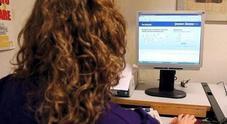 Troppi clic nel web in orario di lavoro, giro di vite su impiegati