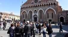 """Assalto dei mendicanti al Santo  """"Guadagnano"""" 150 euro al giorno"""