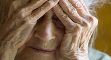 Martellate in testa alla mamma  di 77 anni: è grave in ospedale