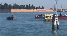 Barca a remi affonda, gruppo di ragazzini salvato dall'ambulanza