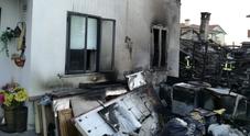 Paura nella notte, l'incendio alle baracche attacca alcune abitazioni