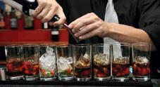 Vuole bere ma il barista dice no, lei lo palpeggia e poi lo mette ko