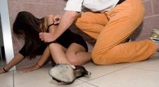 Riempie di botte la compagna in strada, triestino 31enne arrestato