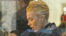 Ilary Blasi, lunga seduta dal parrucchiere per il look biondo