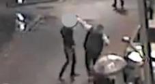 Gb, rissa davanti al night club: 25enne accoltellato 12 volte al petto e allo stomaco