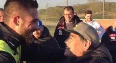L'abbraccio tra Maradona e i calciatori del Napoli
