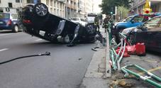 Perde il controllo, urta cinque auto  della finanza e capotta: tre feriti