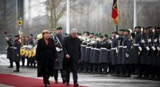Immagine Gentiloni dalla Merkel: «Basta Ue a due rigidità»