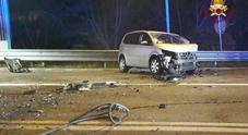 Scontro frontale tra due auto: muore una donna di 51 anni, due feriti gravi