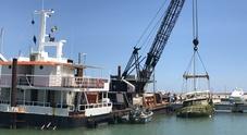 Ripescato il relitto della Dolphin, motopontone in azione al porto