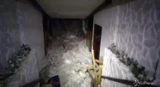 Le pareti dell'hotel sfondate dalla neve/VIDEO