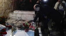 Immagine Alfano depone rose sulla tomba di Craxi