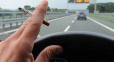 Fuma in auto con la figlia incinta accanto: multa di 110 euro al papà