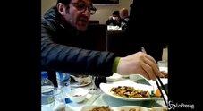 """Ciro Ferrara mangia vermi e api: """"Molto buoni"""""""