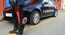 Problemi psichici, strangola il padre  e si consegna ai carabinieri: arrestato