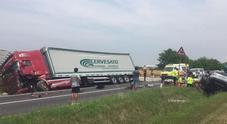 Utilitaria in frontale contro camion:  automobilista è gravissimo