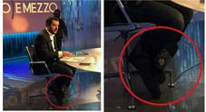 Matteo Salvini con i doposci ai piedi a Otto e Mezzo, bufera su Twitter: «Sciacallo»