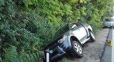 Caos e traffico caos a Sottomonte: fa manovra e finisce nel fossato