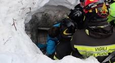I vigili del fuoco estraggono un superstite da Rigopiano (Centro documentazione vigili del fuoco)