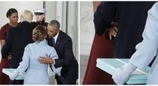 Melania Trump porta un regalo a Michelle Obama, ma nessuno sa dove metterlo