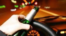 Ubriaco sulla Mercedes Classe A causa incidente stradale e fugge
