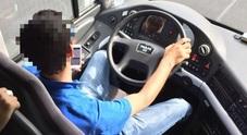 Guida e parla al cellulare I carabinieri multano il conducente di un autobus