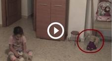 Papà mette telecamera in casa per controllare la figlia: quello che scopre lo terrorizza /Guarda