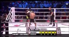 Colpo alle spalle e manda l'avversario ko: gli spettatori salgono sul ring e si vendicano