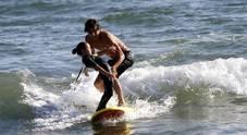 Mercedes, Leonardo Fioravanti insegna surf ai bambini