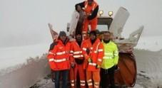 La squadra della Provincia di Pesaro libera due famiglie isolate dalla neve