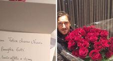 Totti posa con il regalo di Maradona: un mazzo di rose rosse