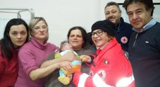 Campania, la neve regala un bimbo in paese