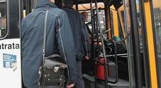 Senza biglietto sul bus, si rifiutano di dare il nome: fatti scendere