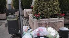 Isola ecologica, tornano i vandali: la città resta sporca