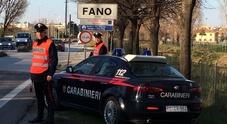 Danneggia auto e arredi e aggredisce i passanti: carabinieri costretti a sedarlo