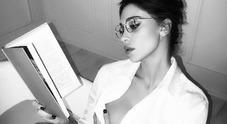 Belen maestra sexy: libro, occhiali e... fuori di seno