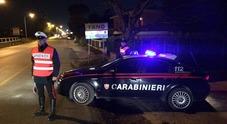 Ubriachi si accaniscono contro due donne e aggrediscono i carabinieri