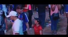 Il bimbo portoghese consola il tifoso francese disperato: Euro 2016 fa commuovere