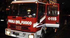 L'auto prende fuoco mentre è in moto Paura per due ragazzi