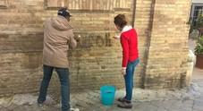 Muri imbrattati dalle scritte Farmacista si arma di spazzola per pulire il centro storico