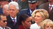 Bill Clinton distratto durante l'insediamento di Trump, ma Hillary lo fulmina