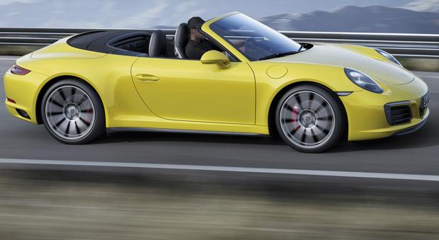La nuova Turbo adotta la soluzione Dynamic Boost (azzera i tempi di risposta al comando dell'acceleratore), monta di serie il pacchetto Sport Chrono con i comandi al volante e il pulsante Sport Response come le vere auto da corsa
