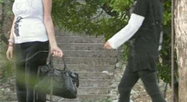 immagine Laura Pausini incinta, le prime foto col pancione (Chi)